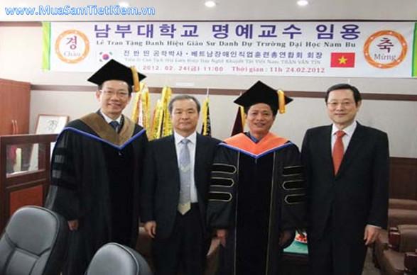 Nhà sáng chế GSTS Trần Văn Tín - Giám đốc TT dạy nghề và việc làm thanh niên khuyết tật